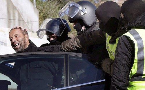Lực lượng Bảo vệ Dân sự Tây Ban Nha bắt giữ một phần từ thánh chiến trong một chiến dịch chống khủng bố tại Barcelona. Nguồn: EPA.